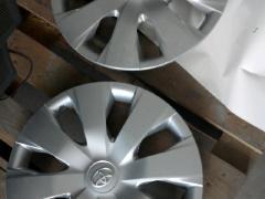 2012年的丰田花冠 轮胎铁钢圈和轮