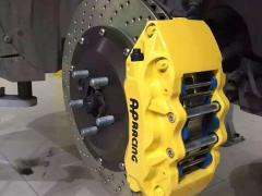 路虎极光改装英国AP六活塞刹车卡钳套装,完美升级。
